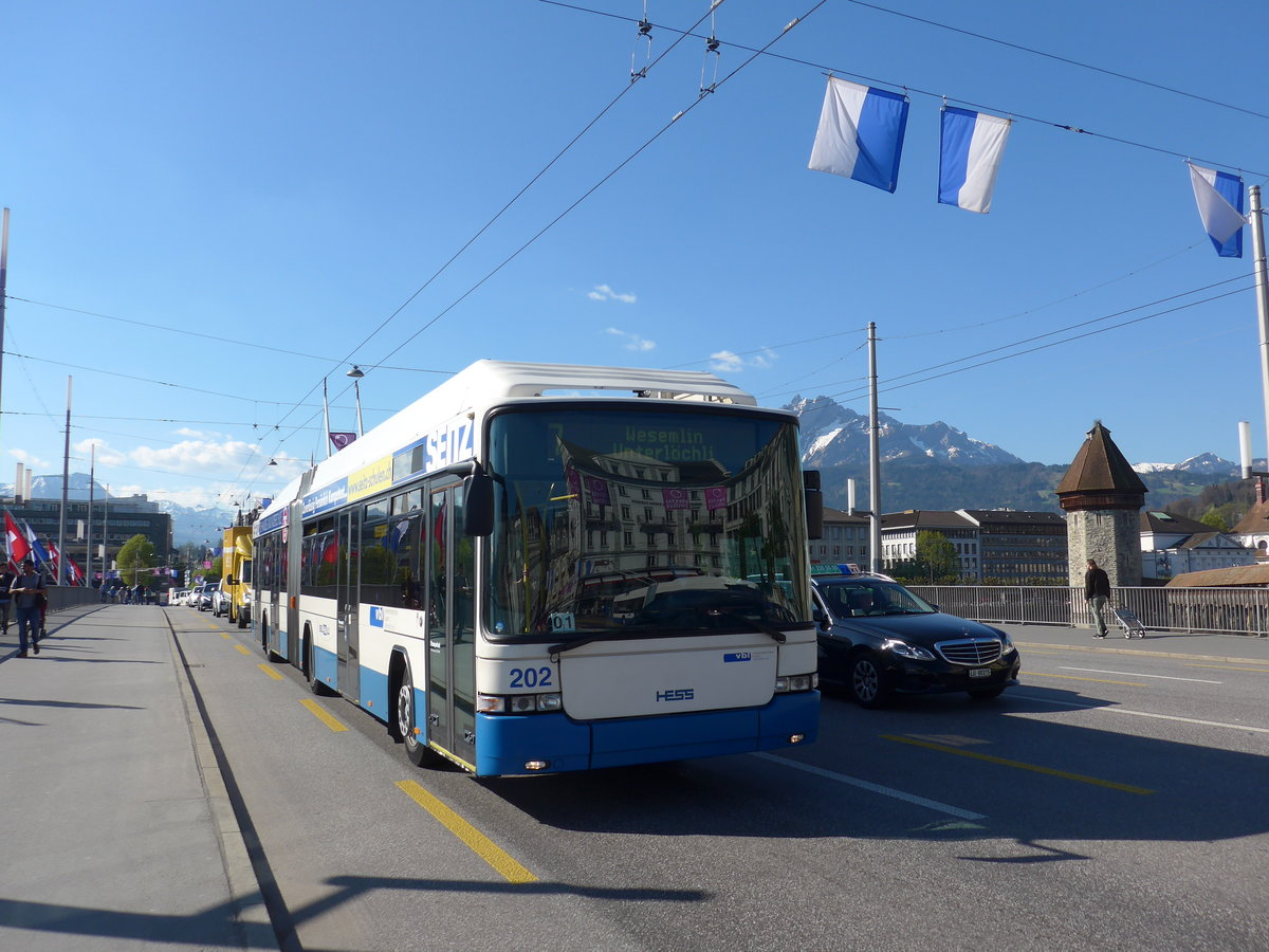 (179'436) - VBL Luzern - Nr. 202 - Hess/Hess Gelenktrolleybus am 10. April 2017 in Luzern, Bahnhofbrücke