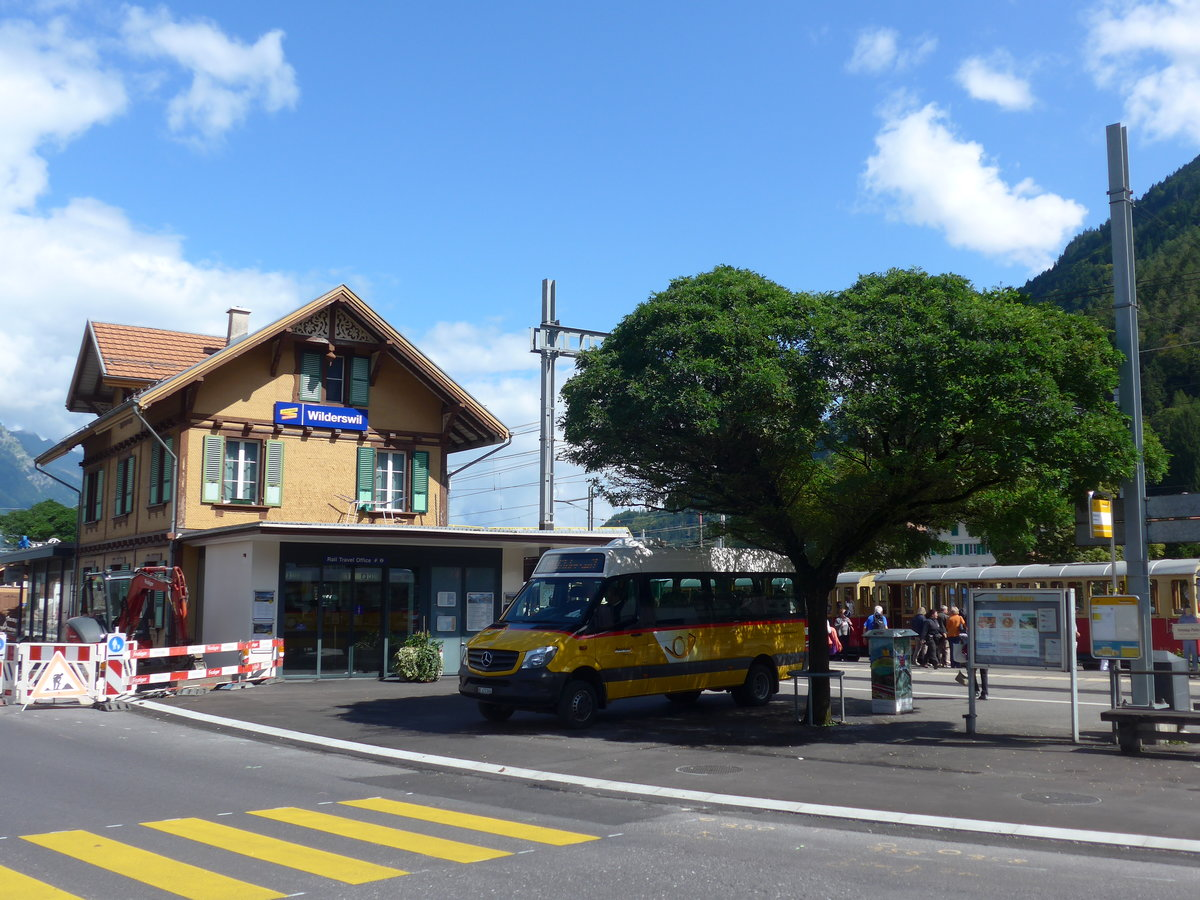 (184'565) - PostAuto Bern - BE 472'866 - Mercedes am 3. September 2017 beim Bahnhof Wilderswil