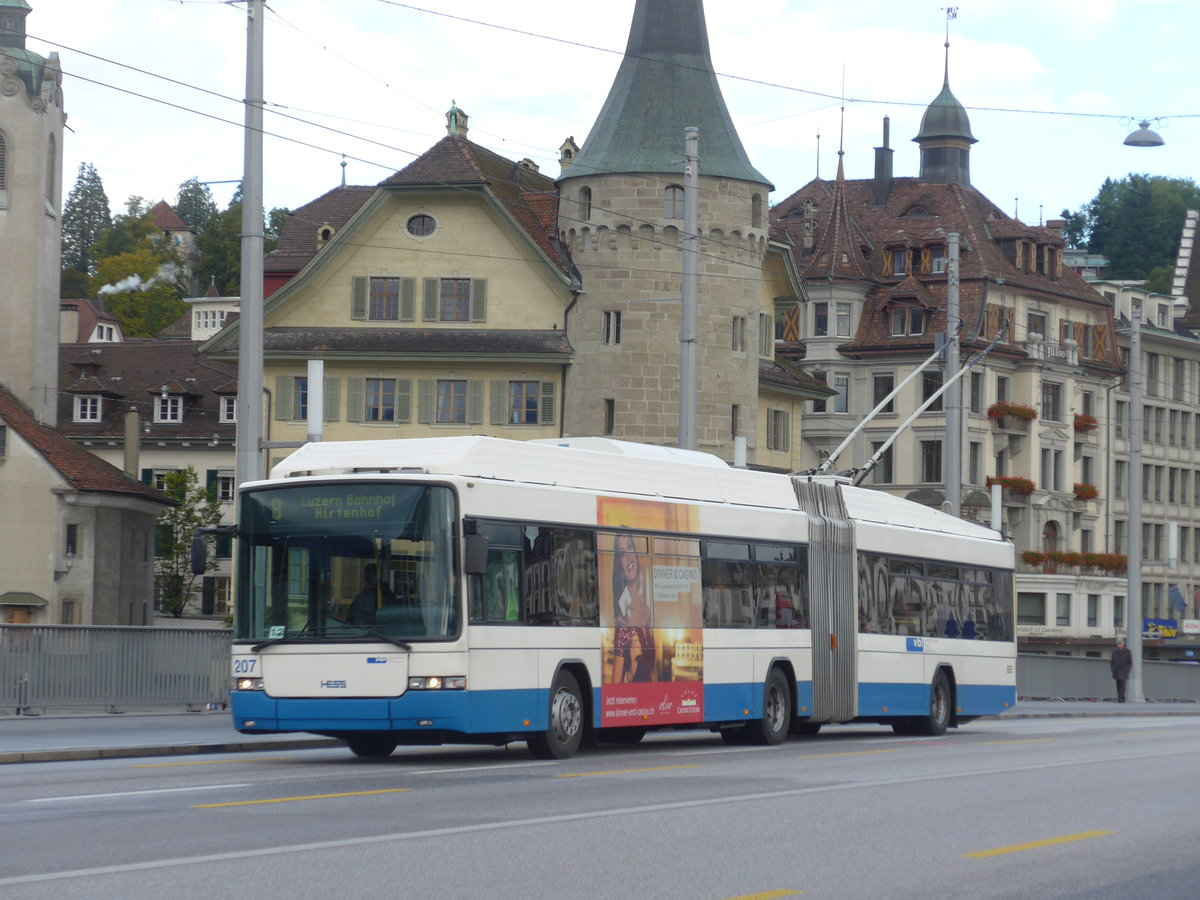 (185'116) - VBL Luzern - Nr. 207 - Hess/Hess Gelenktrolleybus am 18. September 2017 in Luzern, Bahnhofbrücke