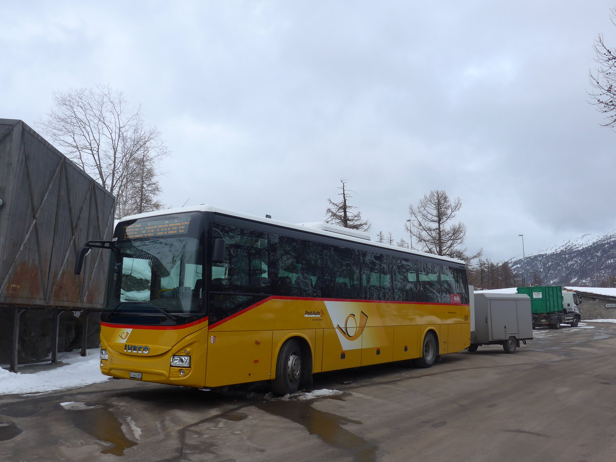 (201'347) - PostAuto Wallis - VS 445'905 - Iveco am 27. Januar 2019 in Saas-Fee, Parkhaus